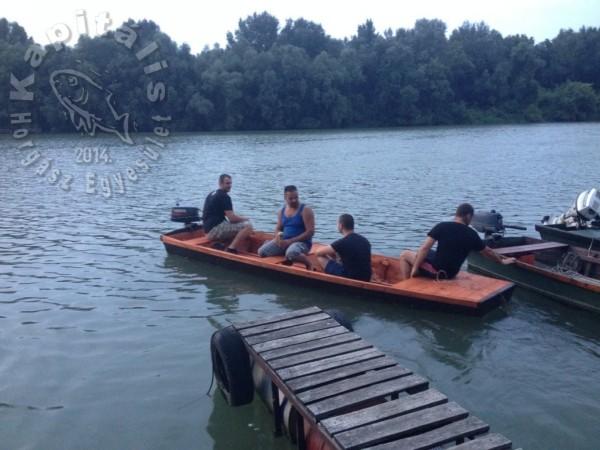 Köszönjük mindazoknak, akik segítettek a csónak eljuttatásában és vízre tételében. Pataki Zsoltnak, Bácsi Antalnak, Sallai Sányinak, Kovács Otinak a motor beszerzéséhez, Hajdú Zolinak pedig a csudaszép tábláért